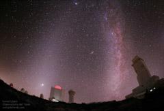 OBJETIVO-ILUMINACIÓN...-luz zodiacal y via lactea sobre el observatorio 240 copia